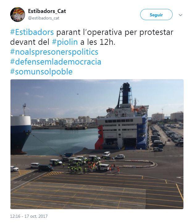 Imagen de la cuenta de Twitter de los estibadores de Catalunya concentrados como protesta ante el buque Moby Dada