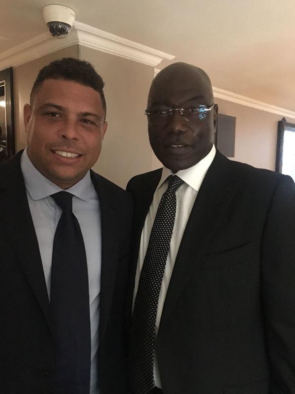 Nkono, junto a Ronaldo. El mítico portero, ídolo de Buffon, le entregará el The Best al mejor portero al italiano. Foto: Cristina Cubero