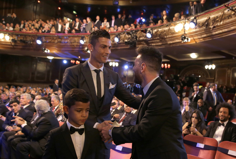 Messi y Cristiano se saludan dentro del London Palladium