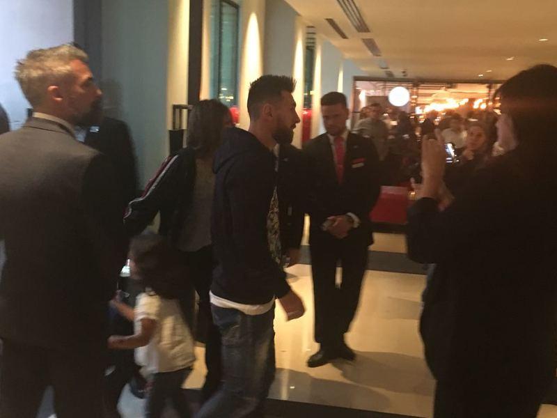 Leo Messi, acompañado de su pareja Antonella Roccuzzo, ya están en el Hotel My Fair de Londres. Foto: Roger Torelló