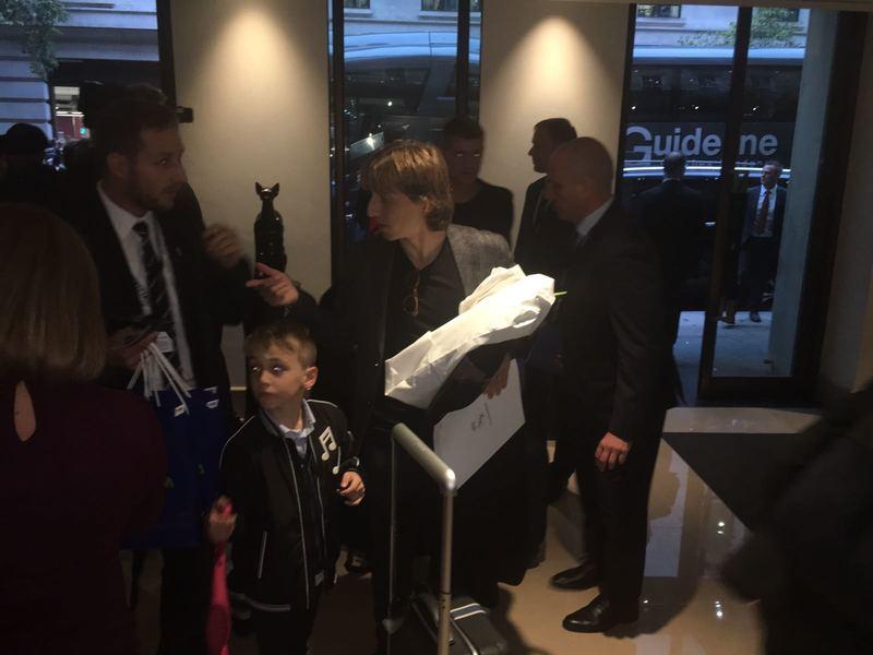 Ya ha llegado toda la expedición del Real Madrid. Modric,Marcelo, Ramos y Kroos llegan juntos al hotel. Foto: Roger Torelló