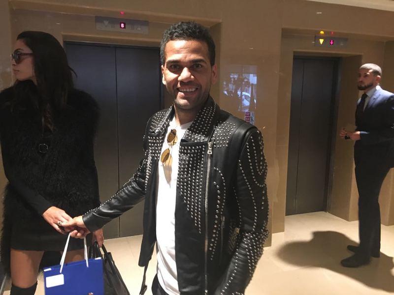 Dani Alves, junto a su pareja, ya está en el hotel My Fair y esta noche no se perderá la gala The Best. Foto: Roger Torelló