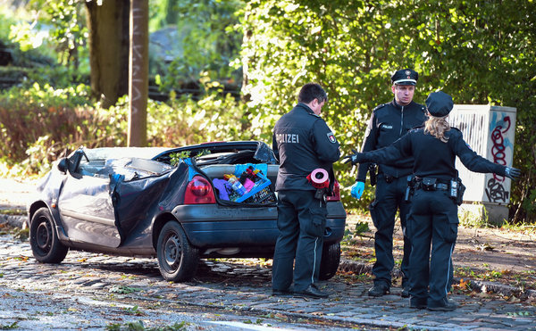 xavier ber berlin sek polizisten helfen in berlin spiegel online. Black Bedroom Furniture Sets. Home Design Ideas