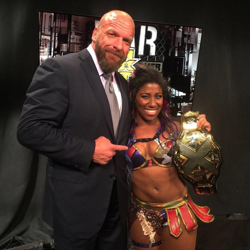 Triple H y la nueva campeona Ember Moon