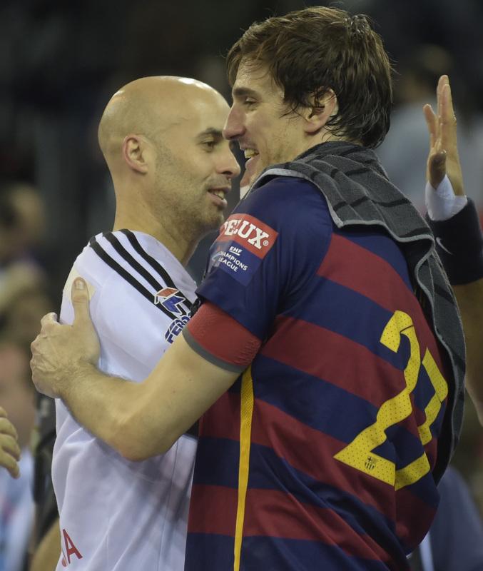 Sierra y Viran Morros se saludan tras un Barça-Szeged (Manel Montilla)