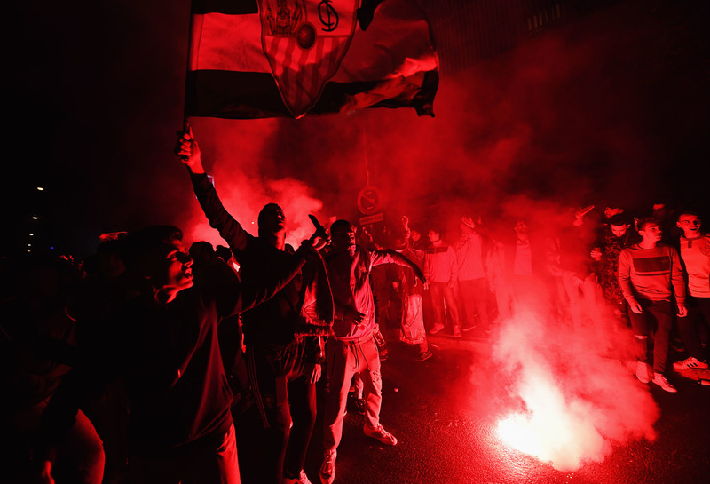 Aficionados del Sevilla, accediendo al estadio del Pizjuán para vivir in situ el duelo ante el Liverpool FOTO: EFE