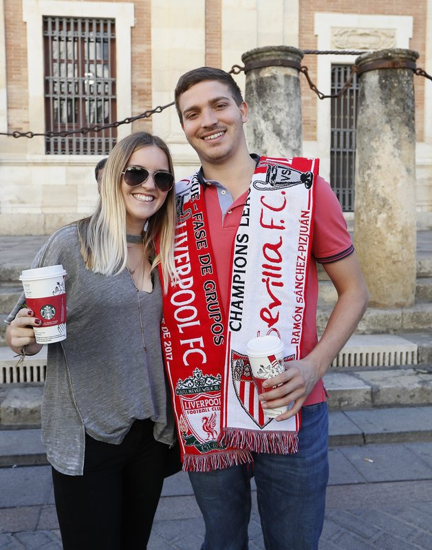 Aficionados del Sevilla y del Liverpool, hermanados por las calles de la capital andaluza en las horas previas al pulso FOTO: EFE