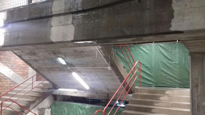 Tras la retirada de la cubierta de Río alto, la grada de Río bajo, normalmente cubierta por dicha construcción, ha sufrido importantes goteras.