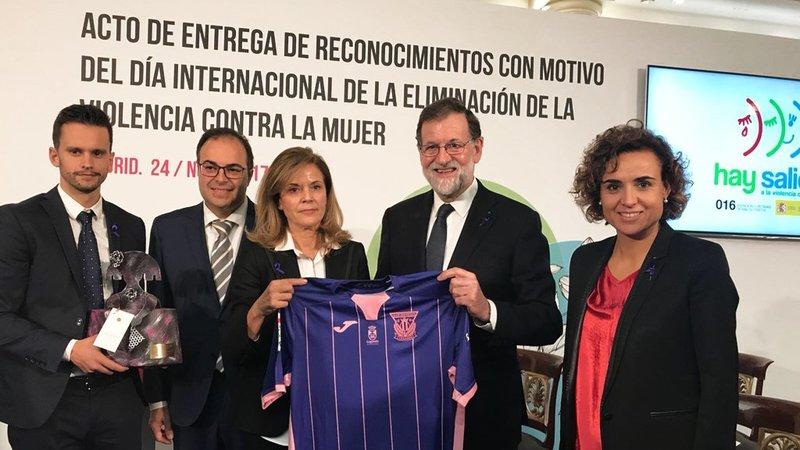 El C.D. Leganés ha recibido hoy de Presidencia de Gobierno el reconocimiento por su compromiso en la lucha contra la violencia de género.