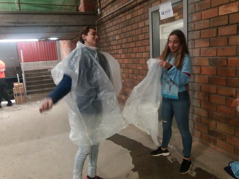Llueve en Vigo y estos son los chubasqueros que reparte el Celta a los socios de la Grada de Río