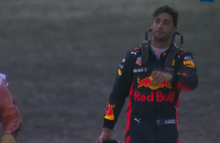 Ricciardo pide que le llevan al paddock