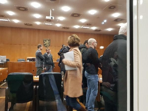 Fotografer väntar vid de anlades bänk på att Ausonius ska komma.