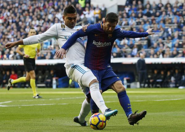 Messi, muy presionado por la defensa madridista