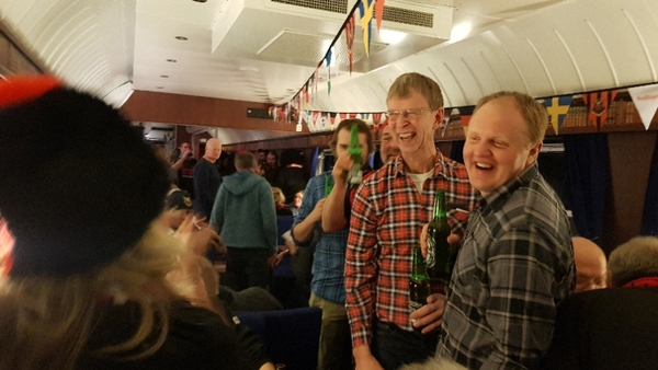 Bertil  och Roger från Alsen träffar många bekanta på tåget.