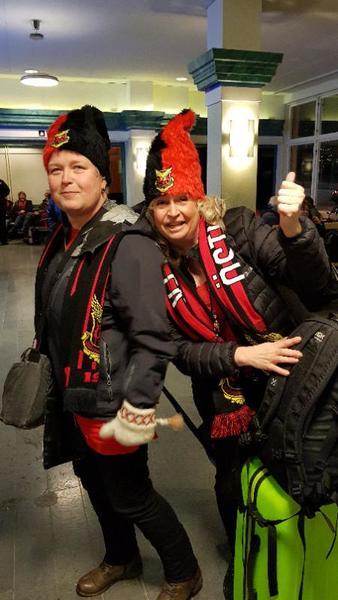 Maria och Linda från Offerdal och Krokom har laddat med egendesignade rödsvarta mössor.