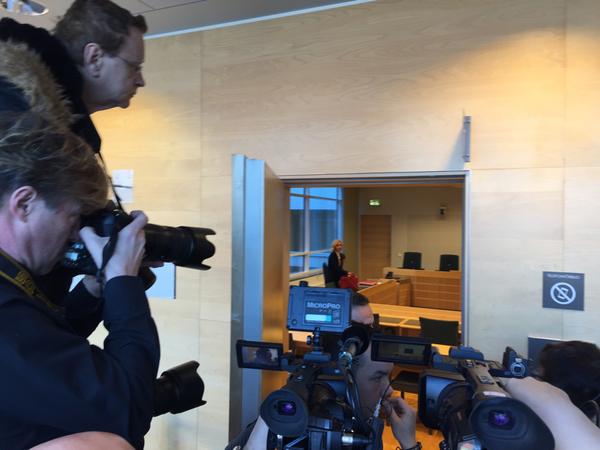 Nu fortsätter häktningsförhandlingen bakom lyckta dörrar och media har fått lämna rättssalen.