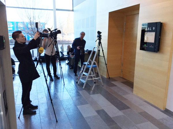 Uppskattningsvis är det ett 15-20-tal reportrar på plats. Foto: SVT