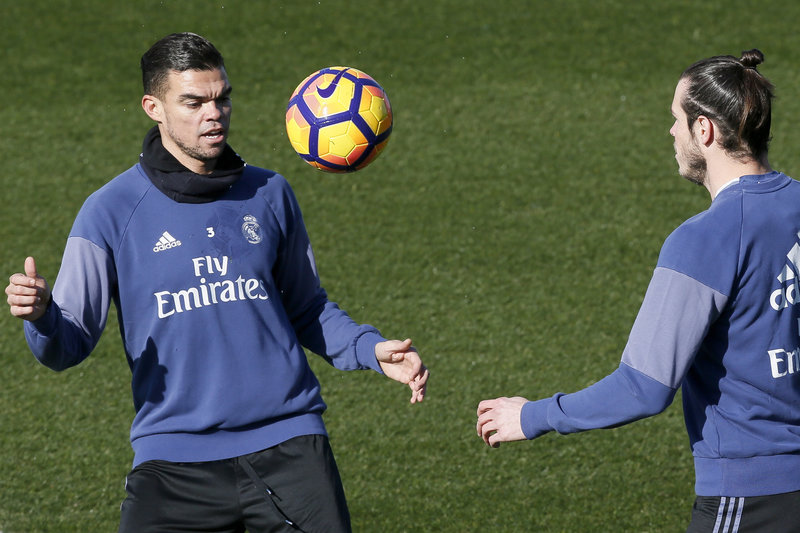 Pepe y Bale, en el entrenamiento que ha finalizado hace unos minutos FOTO: EFE