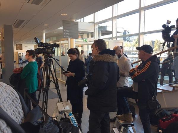 Nu är vi på plats. Ett stort mediauppbåd följer häktningsförhandlingarna som väntas starta 13.00. Åklagarna är åtminstone här nu.