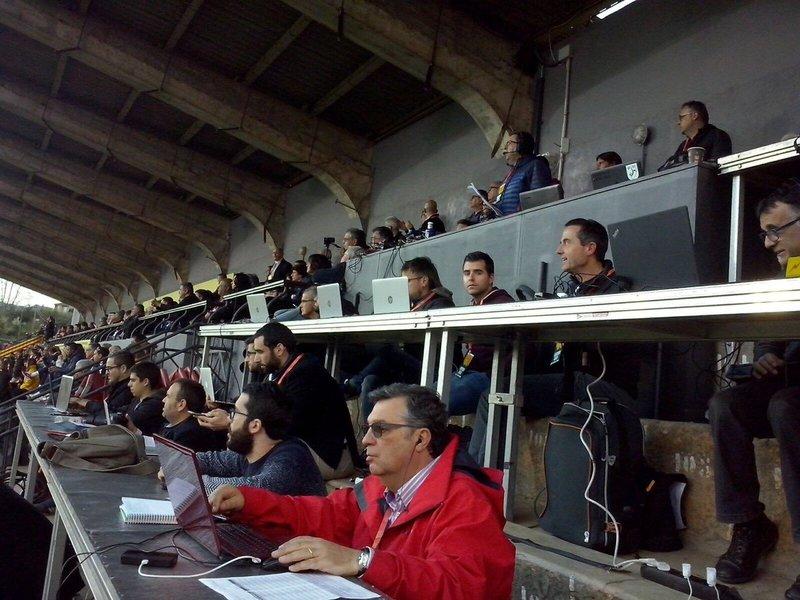 Aquí vemos a Manuel Segura, periodista de Mundo Deportivo, cubriendo la información de la final de la Copa Catalunya.
