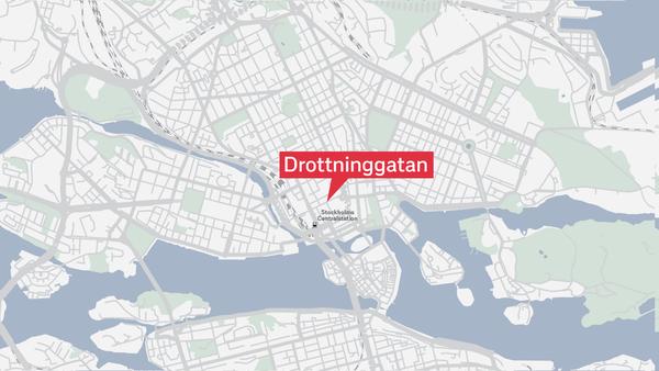 Här är platsen där lastbilen har kört in i Åhlénshuset på Drottninggatan.