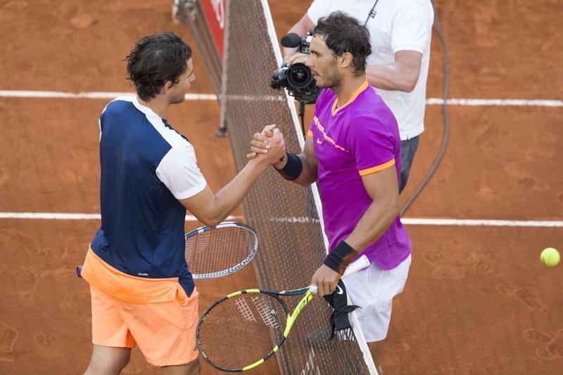 Imagen del pasado domingo, Nadal tras vencer en Thiem en la final de Madrid. Cinco días después midiéndose en cuartos de Roma, por tercera vez consecutiva, quinta en su carrera. Todas sobre tierra, balance 4-1 Nadal.