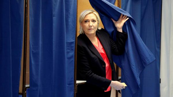 Strax därefter röstade Marine Le Pen i Hénin-Beaumont i norra Frankrike. Foto: TT