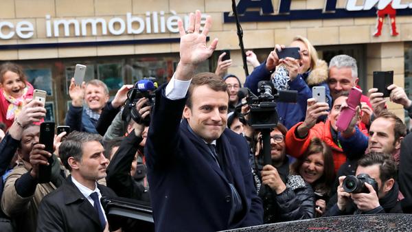 Emmanuel Macron lämnade hemmet i Touqet i norra delen av landet för att bege sig till vallokalen på förmiddagen. Foto: TT