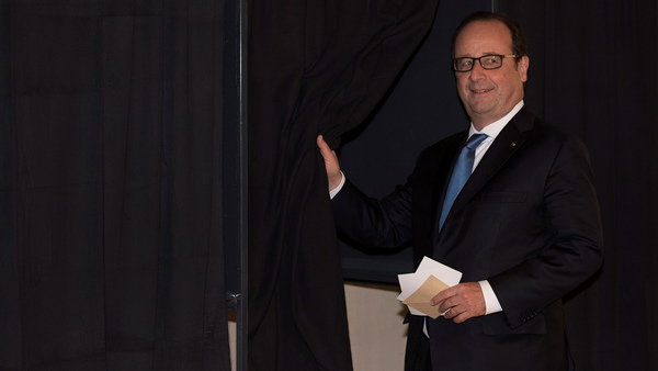 Francois Hollande röstade i Tulle i centrala Frankrike vid 10-tiden på förmiddagen. Den nuvarande presidenten, som själv inte kandiderar, har uppmanat väljarna att rösta på Macron. Foto: TT