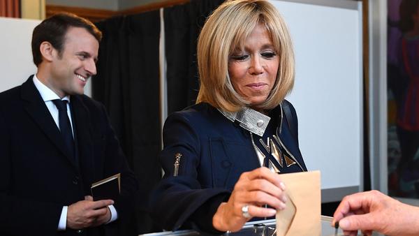 Macrons hustru Brigitte Macron röstade också i Touquet. Foto: TT