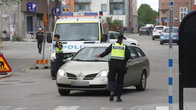 Biltjuv rammade polisbilar