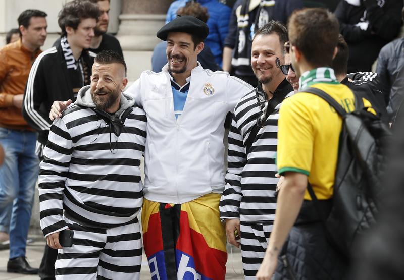 74e6cb3a8afbf 18 45 Buen rollo entre aficionados del Real Madrid y la Juventus en el  Millenium Stadium   FOTO  AP