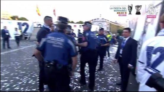 La policía también aprovecha y se saca una foto