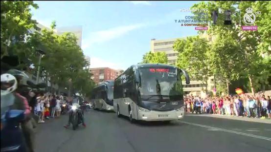 Los aficionados saludan a los campeones desde los dos costados de la calle