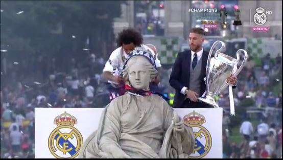 Marcelo coloca la bufanda