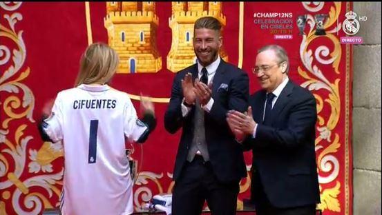 La presidenta Cifuentes con la camiseta del Real Madrid