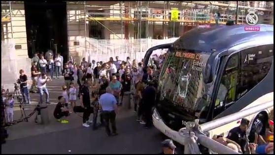 Sale el bus del Real Madrid