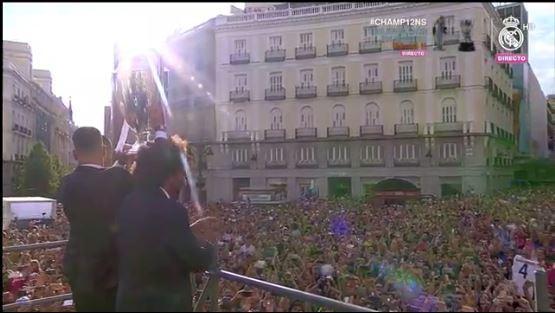 Festejan los jugadores del Real Madrid con la copa