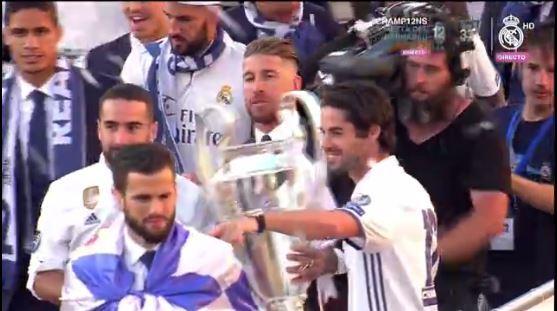 Los jugadores del Real Madrid festejan con la copa