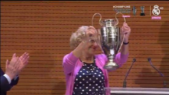 Entregan réplica de la copa a la alcaldesa