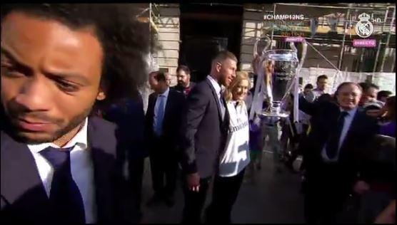 Se despide la presidenta de la Comunidad de Madrid de la delegación del equipo