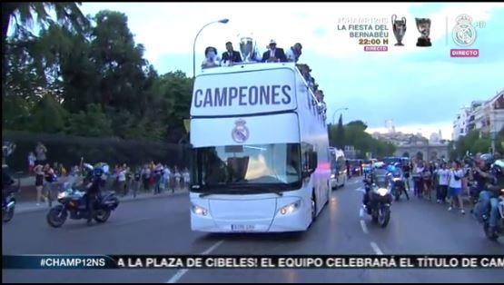 Mucha gente acompaña el bus del Madrid