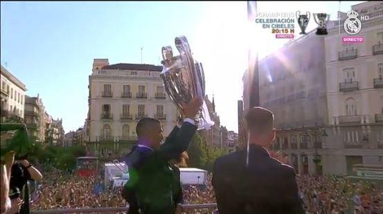 Cristiano levanta la copa ante los aficionados