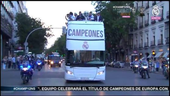El bus de los campeones en camino a Cibeles