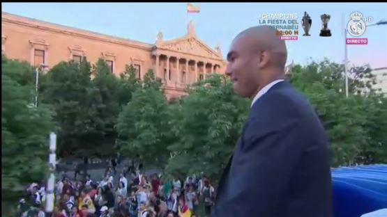 Los aficionados acompañan al bus del Real Madrid