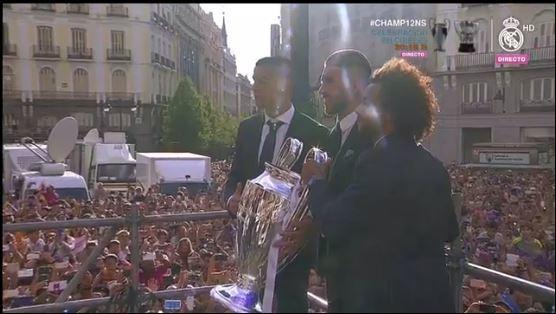 La prensa saca una foto de Cristiano, Ramos y Marcelo, cargando la copa