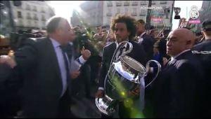 Marcelo lleva la copa al bus