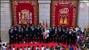 Los jugadores del Real Madrid posan con la presidenta de la comunidad de Madrid