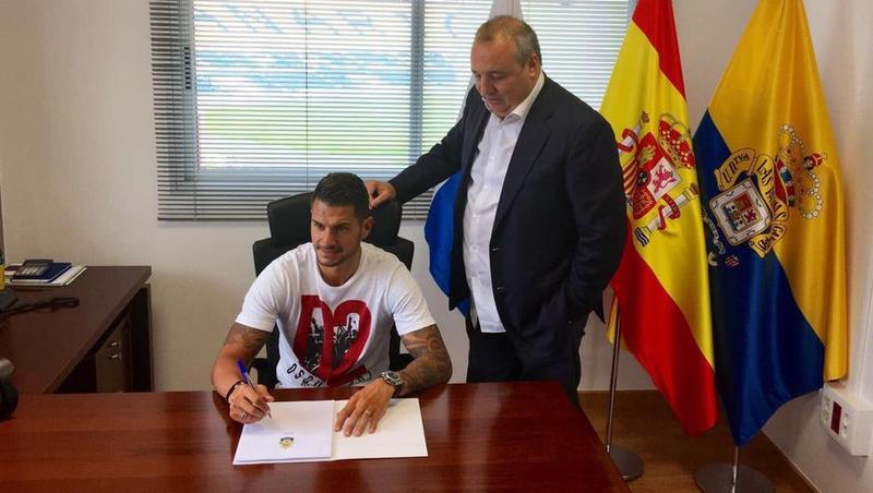 Vitolo, firmando su contrato como jugador de la UD Las Palmas