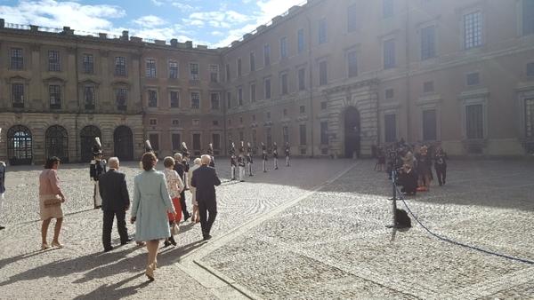 De första gästerna rör sig försiktigt mot kyrkan.